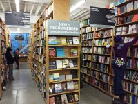 regały z książkami w księgarni